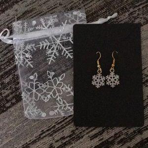 Beautiful Christmas snowflake earrings! New!
